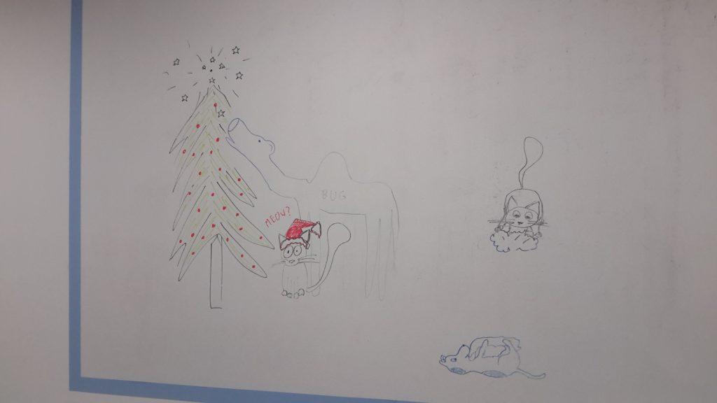 Po lewej stronie choinka z rozpryśniętym na gwiazdki UFO na szczycie. Obok niej stoi wielbug i zjada górne gałęzie. Ponizej siedzi kot w stroju świętego Mikołaja. Po drugiej stronie ekranu pies wywalił się na grzbiet, w łapach trzyma szmatę i ją obgryza. Obok na chmurce siedzi kot. - Psie marzenia (Jak pies z kotem - odcinek 96) - pies i kot