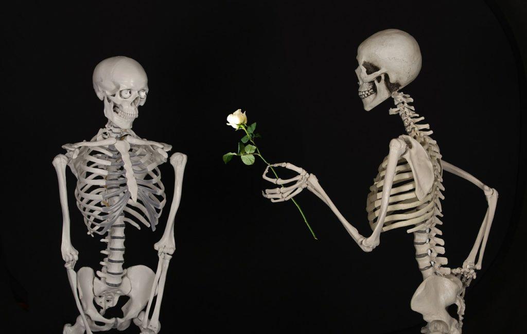 """""""Popatrz jak pięknie ludzie się mijają choć byli sobie przeznaczeni. Nikt nie jest dość kochany i nie kocha dosyć"""". J. Hartwig - cytat na dziś"""