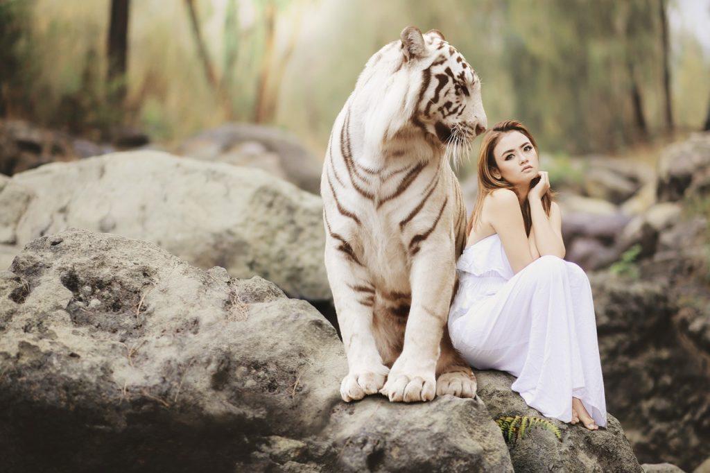 kobieta z tygrysem