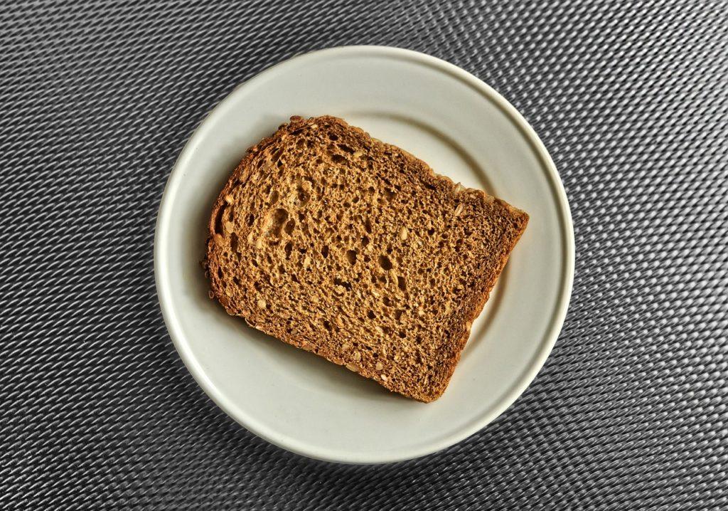 kromka chleba na talerzu