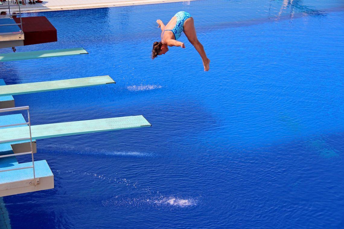 Kobieta skacze na głęboką wodę