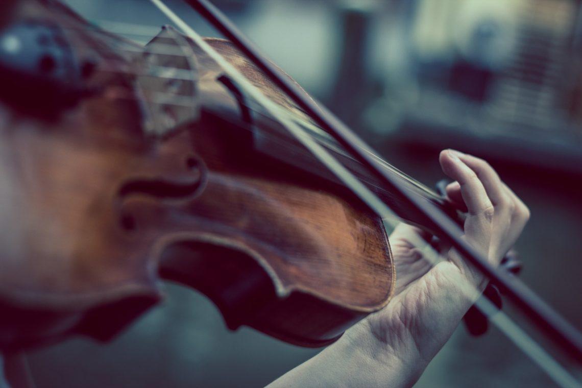 Im dłużej skrzypce milczą…