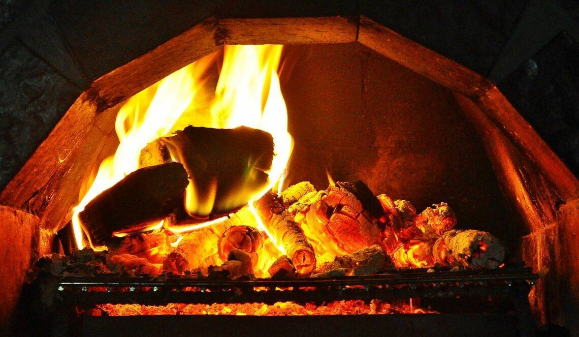 Na kominku ogień gorze